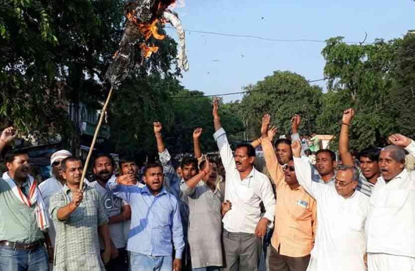 राजबब्बर की गिरफ्तारी के विरोध में कांग्रेस कार्यकर्ताओं ने फूंका सीएम योगी का पुतला