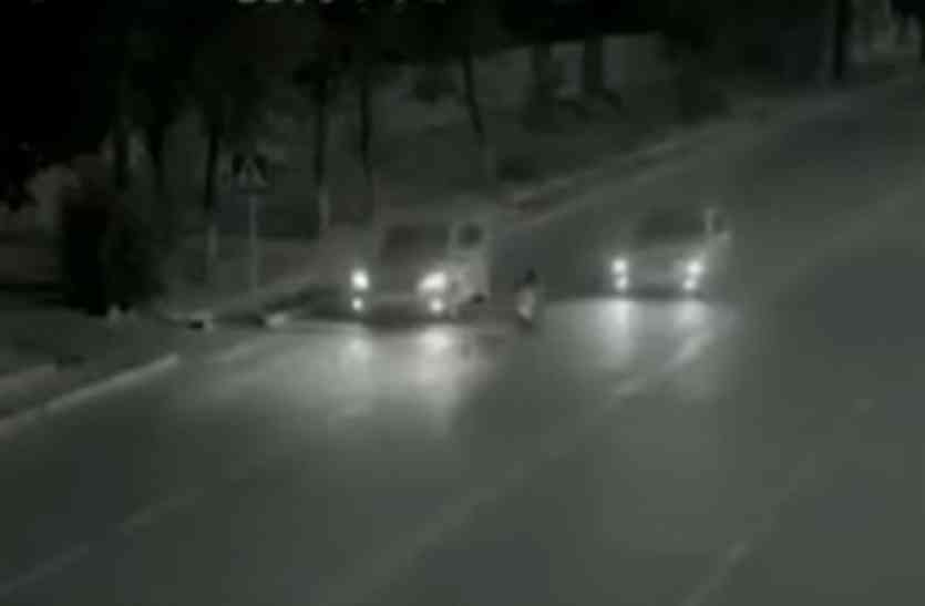 बीच सडक पर बच्ची को टक्कर मारने वाली थी कार, तभी भूत ने आकर बचाई जान! देखें ये हैरान कर देने वाला वीडियो