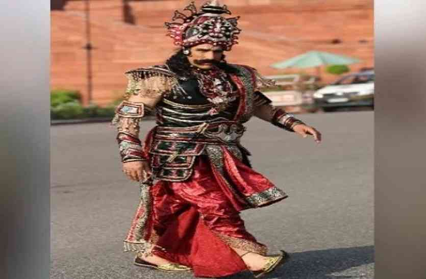 दिल्ली में राजपथ पर पहुंचा रावण, खुलेआम कर दिया कुछ ऐसा कि पुलिस को उठाना पड़ा सख्त कदम!