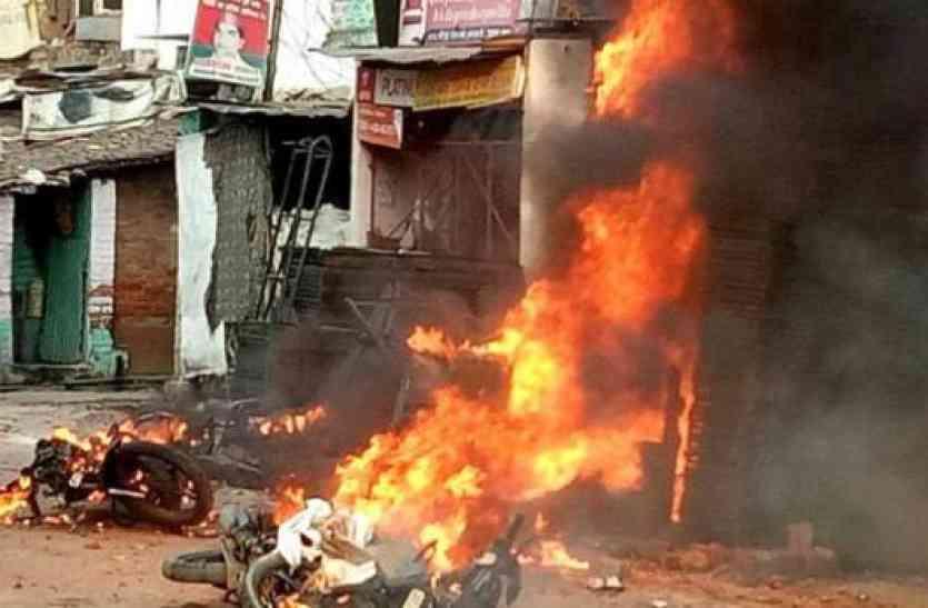 कानपुर में होर्डिंग्स फाड़े जाने पर दो समुदाय में विवाद, आगजनी-पथराव के बाद लाठीचार्ज