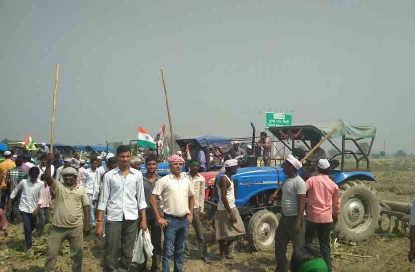 उन्नाव में ट्रांस गंगा सिटी की जमीन पर कब्जा कर किसानों ने हल से जोता