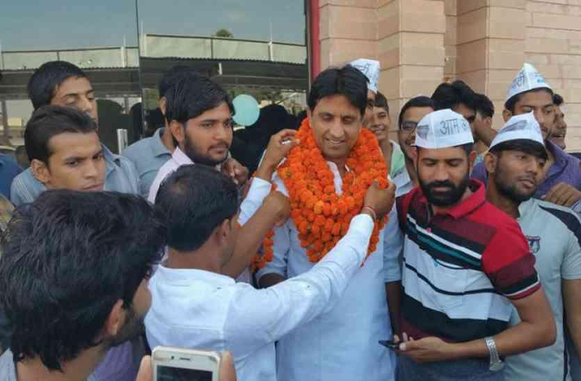 जयपुर पहुंचे आप नेता कुमार विश्वास ने लिया प्रदेश के सियासी हालात का जायजा, तो चुनावी रणनीतियों पर की अहम चर्चा