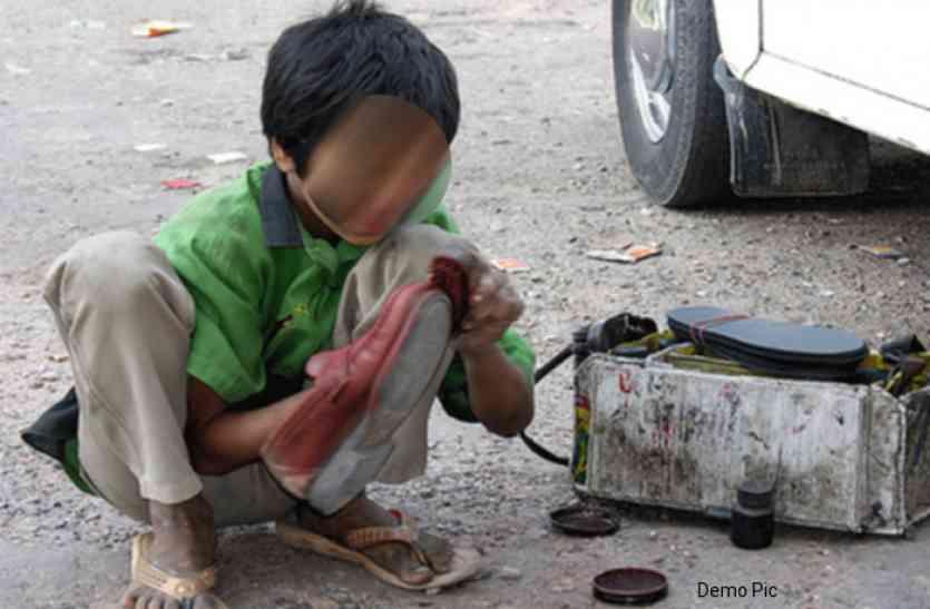 बचपन पर भारी पिता की मौत- 10 साल की उम्र में जूते पॉलिश कर परिवार को चला रहा ये मासूम