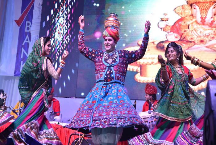 जैसलमेर के लोक कलाकारों ने मेनार में बिखेरे लोक संस्कृतिक के रंग , सांस्कृतिक कार्यक्रमों को देख झूम उठे श्रद्धालुु