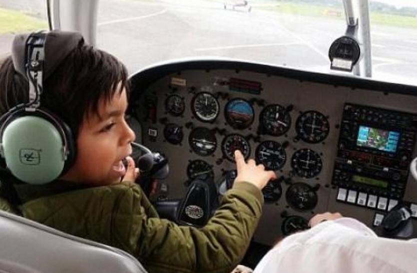 सिर्फ सात साल की उम्र में ये बच्चा उड़ाने लगा प्लेन
