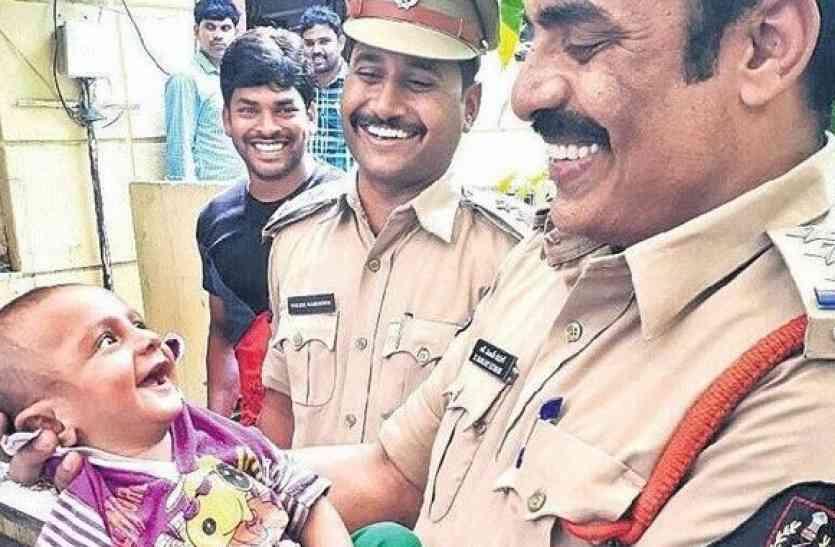 इस मुस्कुराते बच्चे की तस्वीर ने जीता देश का दिल, सच्चाई जानकर आप पुलिस को करेंगे सलाम!