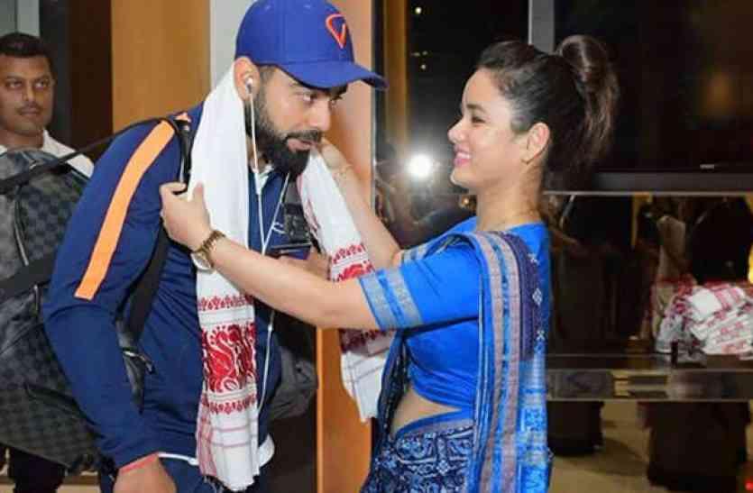 गुवाहाटी पहुंची टीम इंडिया के स्वागत के दौरान लड़की को घूरते विराट कोहली की तस्वीर हुई वायरल, लेकिन सच्चाई है कुछ और