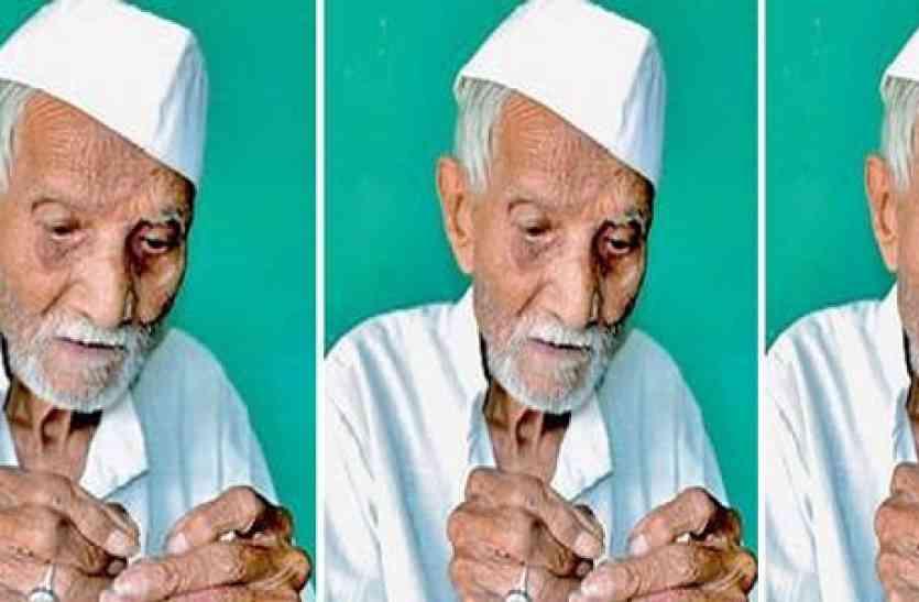 लकवाग्रस्त बेटे के इलाज़ के लिए 98 साल के पिता कर रहे हैं सिलाई का काम, उठा रहे हैं परिवार का पूरा खर्च
