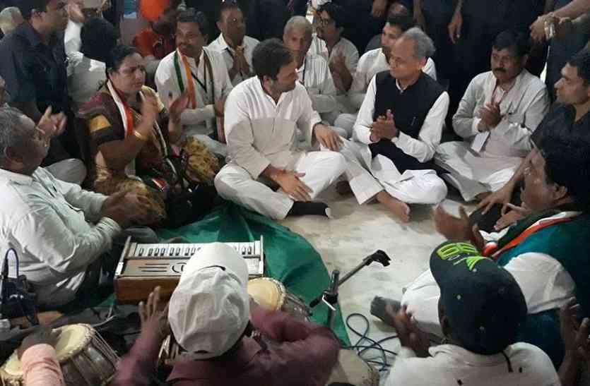 गुजरात: राहुल गांधी ने आदिवासी कलाकारों के साथ किया नृत्य और गाया भजन