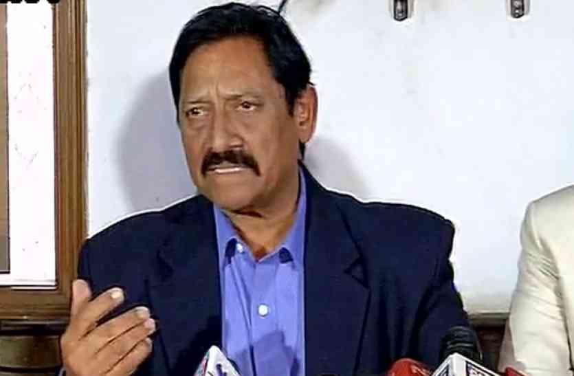 खेलमंत्री ने कानपुर में किया बड़ा खुलासा, ग्रीनपार्क की पिच को बना रहा था बिजलीकर्मी