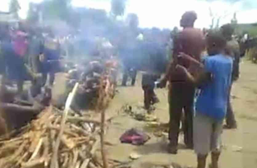 हैवानियत: भीड़ के सामने बेटे से कराया महिला का रेप, कोड़ों से की पिटाई फिर सिर कलम कर पी गए खून