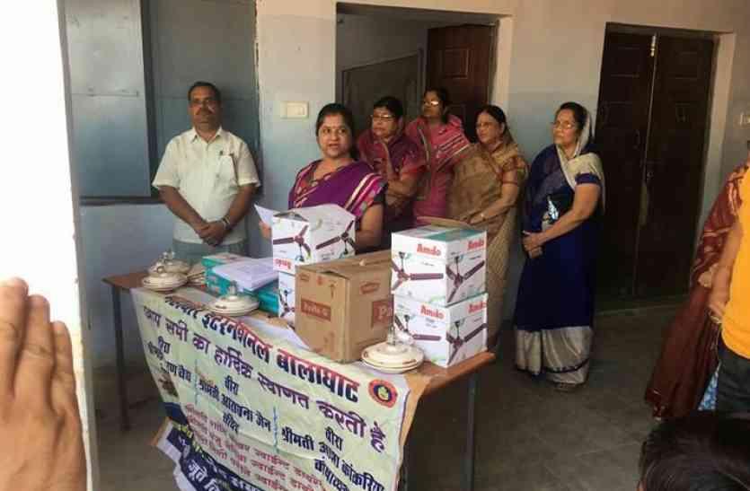 महावीर इंटरनेशनल महिला केन्द्र ने स्कूल में दान दिए पंखे एवं चटाई