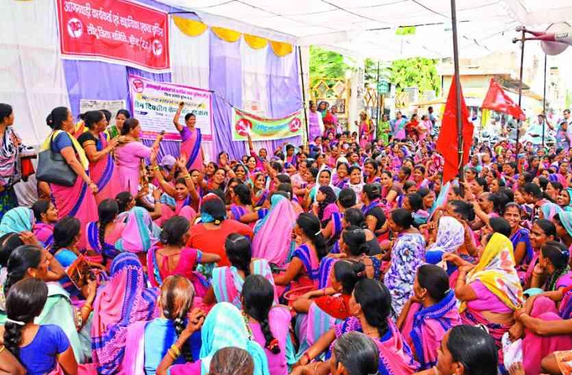 आंगनबाड़ी कार्यकर्ताओं का आंदोलन:तीसरे दिन फिर किया हंगामा, सरकार विरोधी लगाए नारे