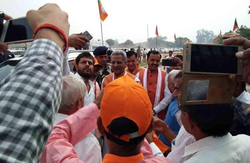 सेल्फी के साथ पैर छूने की लगी रही होड़, विधायक पंकज सिंह बोले-जय हो कानपुर