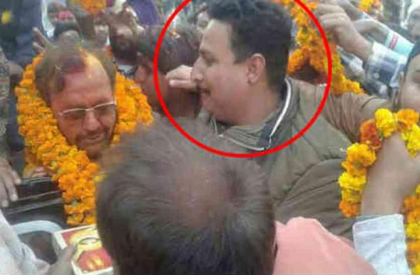 योगी के मंत्री के साथ फोटो में दिख रहे माफिया डॉन ने जेल से मांगी रंगदारी