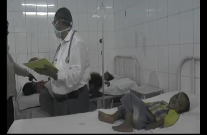 सरकारी स्कूल में मिड डे मील का खराब दूध पीने से एक दर्जन बच्चे बीमार