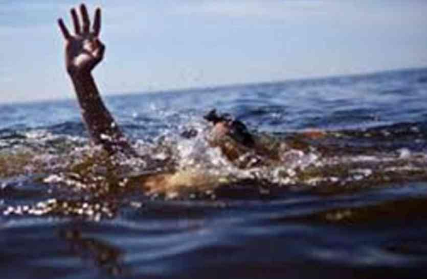 डूब रहे पति को देख पत्नी ने कुएं में लगा दी छलांग...और फिर