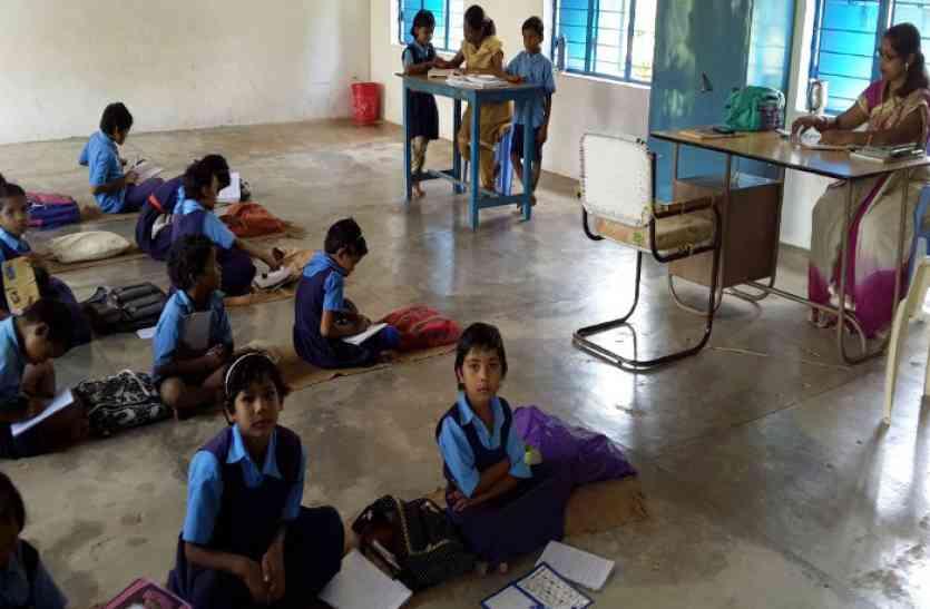 मंगल भवन के एक जर्जर कमरे में लग रही पांच कक्षाएं