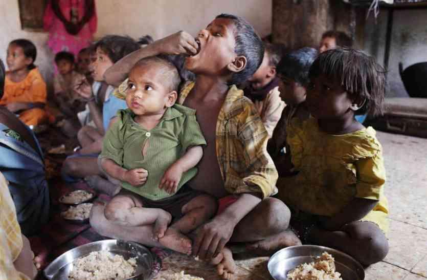 परियोजना कार्यालय में कैद कुपोषितों का पोषण आहार