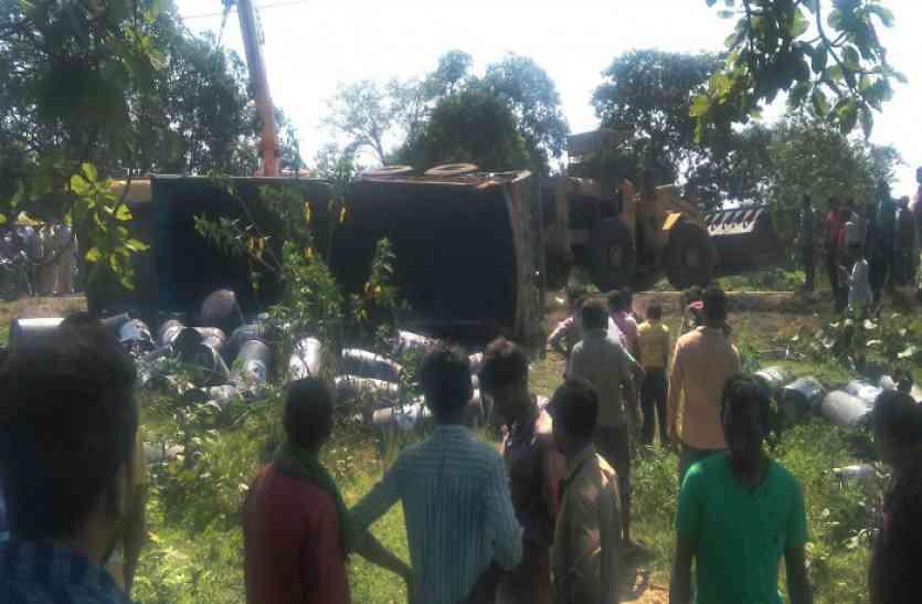 ऑयल से भरा ट्रक हुआ बेकाबू, दो लोगों की हो गई दर्दनाक मौत