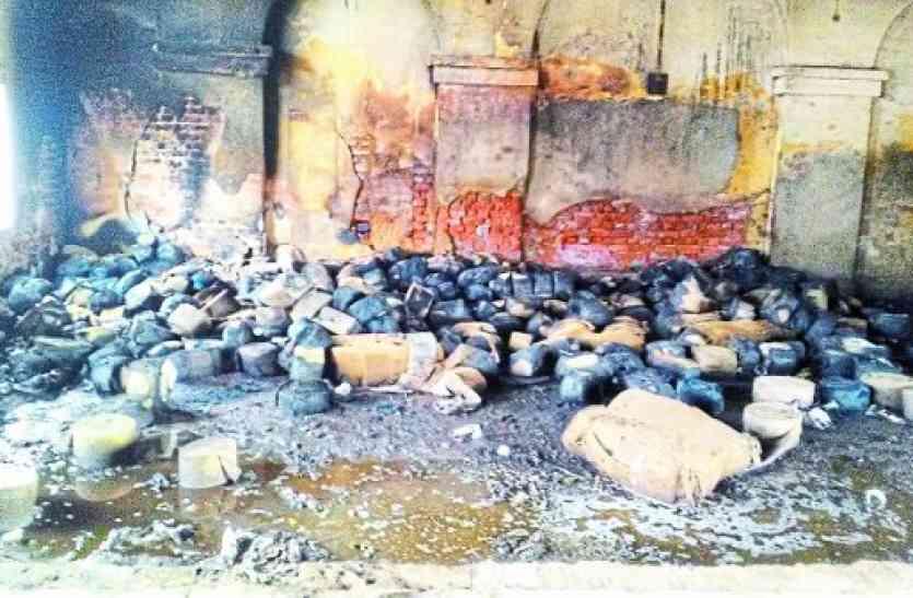 बड़ी खबर: रेलवे माल गोदाम में भड़की आग, इस तरह स्वाहा हो गए सीलिंग के बंडल