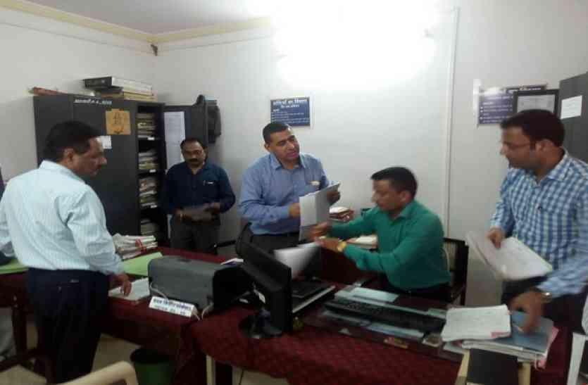 कमिश्नर बामरा ने किया कार्यालयों का आकस्मिक निरीक्षण