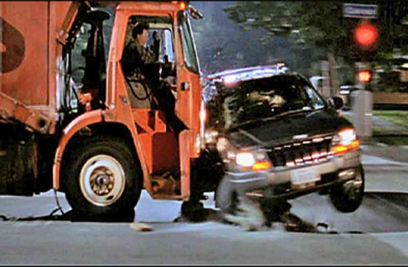 accident: ट्रक की टक्कर से पलटी ट्रेवलर, नौ  घायल