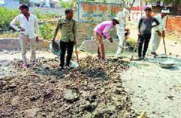 राजस्थान के अलवर जिले में मिट्टी गारे में बन रही सीसी रोड, विरोध हुआ तो उखाडऩी पड़ी