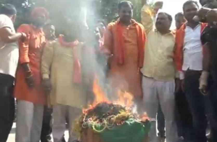हिन्दू युवा वाहिनी के कार्यकर्ताओं ने चाइनीज सामान का किया बहिष्कार, कहा- दीवाली पर नहीं जलाएंगे पटाखा