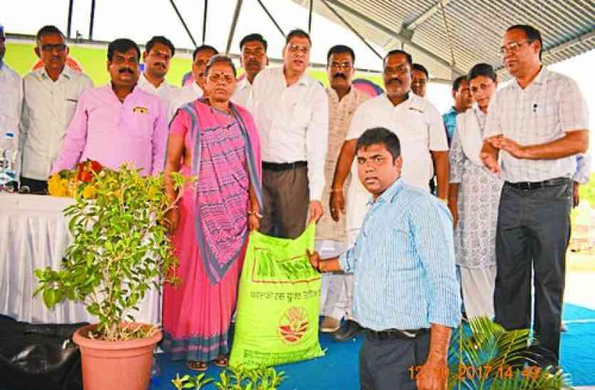कचरे से बना रहे खाद, किसानों को 3 रुपए किलो मिलेगी