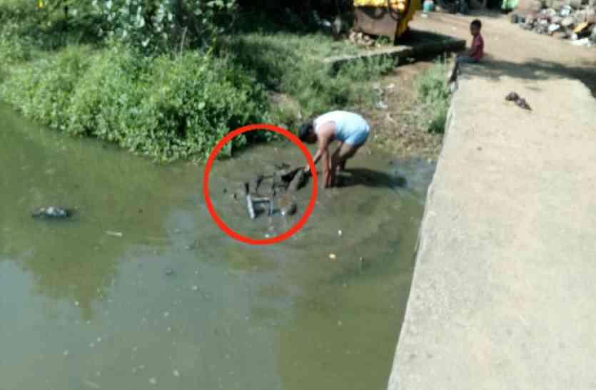 VIDEO: तालाब में पकडऩे गए थे मछली, जाल में फंस गई बाइक