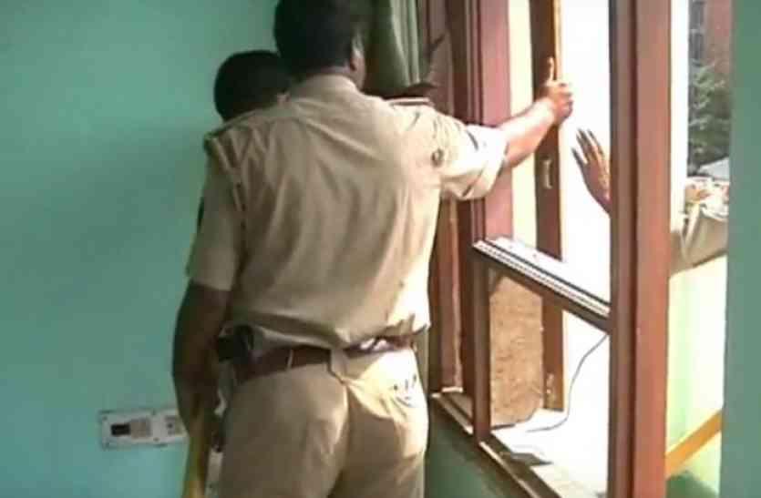 पूर्व सपा जिलाध्यक्ष महताब आलम के घर की पुलिस ने की कुर्की, देखने वालों की लगी भीड़
