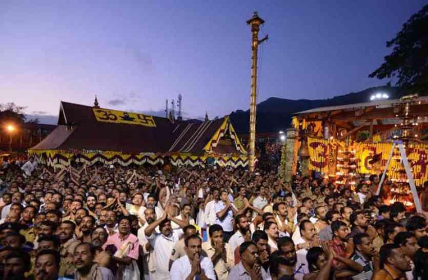 प्रसिद्ध सबरीमाला मंदिर में महिलाओं के प्रवेश केस पर अब सुप्रीम कोर्ट की संविधान बेंच करेगी फैसला