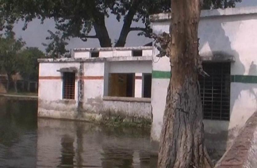 डिप्टी सीएम केशव मौर्या के घर के सामने का परिषदीय विद्यालय तालाब बन गया है