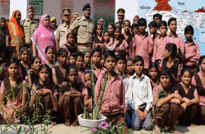 एसएसपी ने दी छात्रों को पटाखों से सुरक्षा की जानकारी
