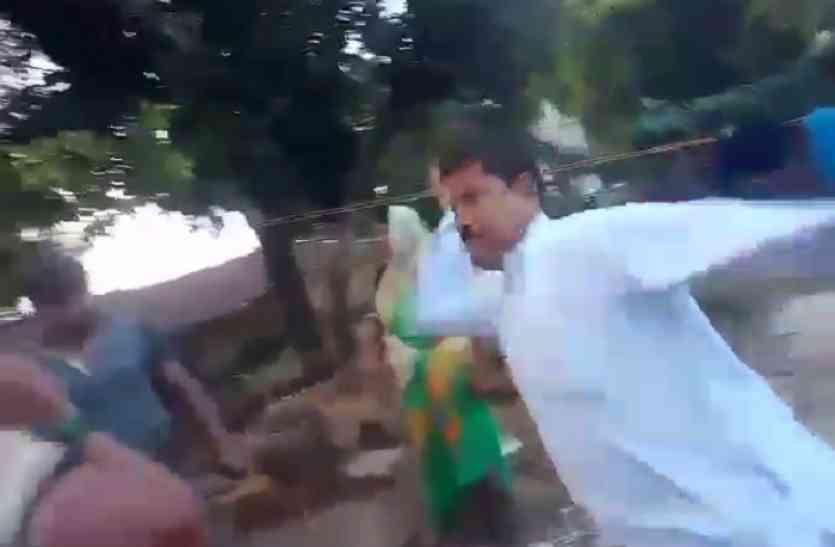 दबंग ने घर पर चढ़ महिला को जड़ा थप्पड़, वीडियो वायरल