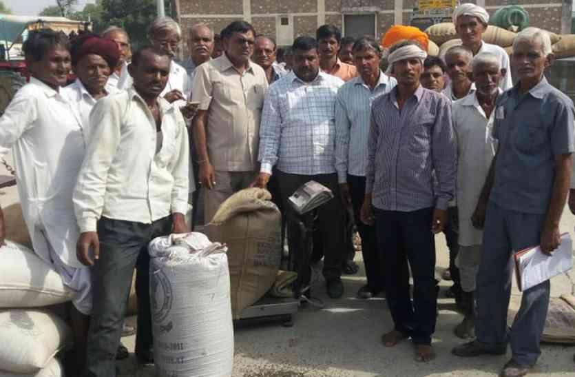 video: दलहन की खरीद में देरी होने पर किसानों ने किया हंगामा