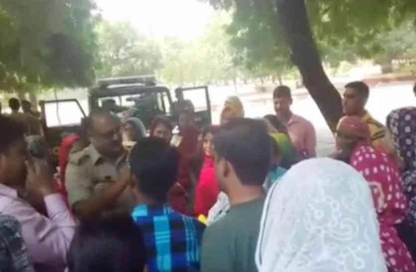 निजी स्कूल की मनमानी के खिलाफ फूटा अभिभावकों का गुस्सा, किया हंगामा