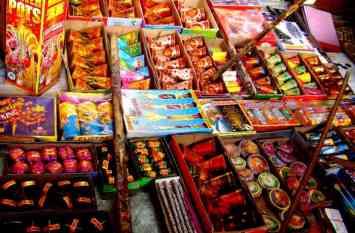 गुपचुप तरीके से हो रही पटाखों की बिक्री, अलवर शहर में जल रहा कचरा फैला रहा प्रदूषण