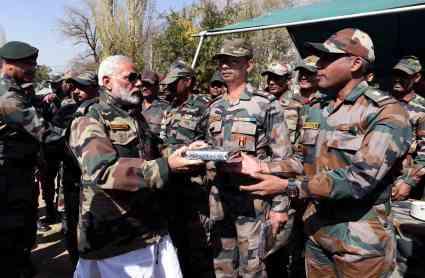 PM मोदी ने LOC पर जवानों के संग मनाई दिवाली, मिठाई खिलाकर बोले- आप ही मेरा परिवार हो