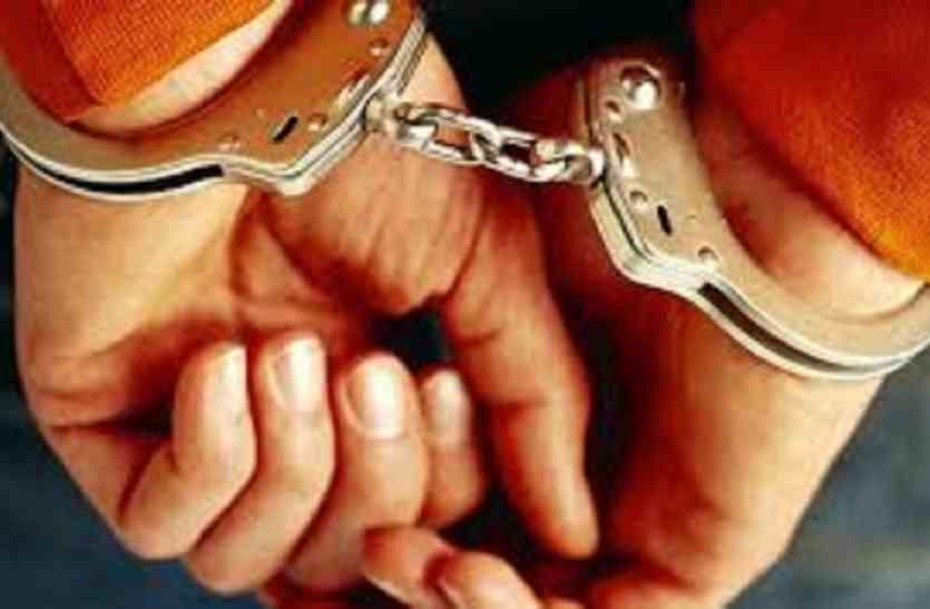 टिकट दलाली में रेलवे कलर्क गिरफ्तार, नेपाली यात्रिायें से करता था वसूली