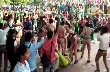 Video: आंगनवाड़ी कार्यकत्रियों पर दोबारा लाठीचार्ज, पुलिस पर किया पथराव, शहर का ट्रैफिक ध्वस्त
