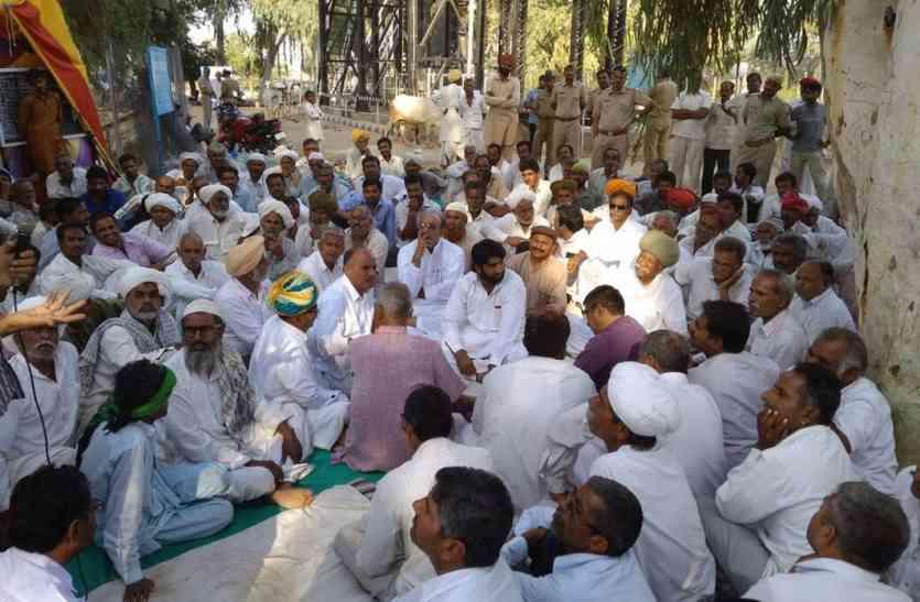 Jaisalmer- सांसद व पूर्व विधायक ने किसानों से कहा कुछ ऐसा कि किसानों ने बदला अपना यह निर्णय...