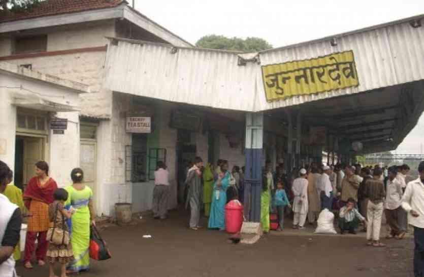 रेलवे स्टेशन की लॉबी पर मंडराया खतरा