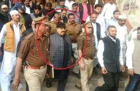 बाहुबली अतीक बरेली जेल के लिए रवाना, पुलिस के साथ साथ बाहुबली के अपने साथी भी खास सुरक्षा में दिखे