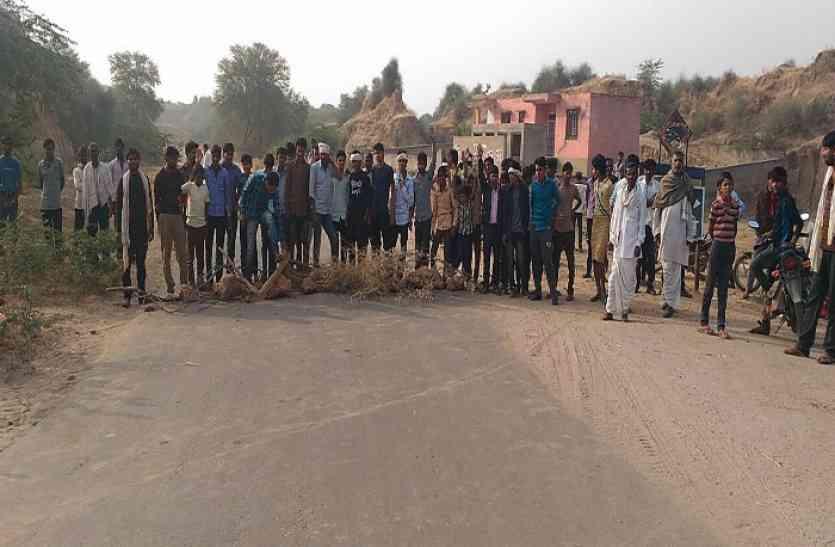 ओवरलोड बजरी वाहन के टक्कर से 12 लोग हुए बुरी तरह जख़्मी- आक्रोशित ग्रामीणों ने एटक सड़क मार्ग किया जाम