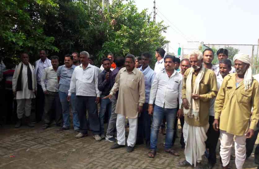सिंचाई के लिए पर्याप्त विजली न मिलने से नाराज किसानों ने बिजली उपकेंद्र में जड़ा ताला