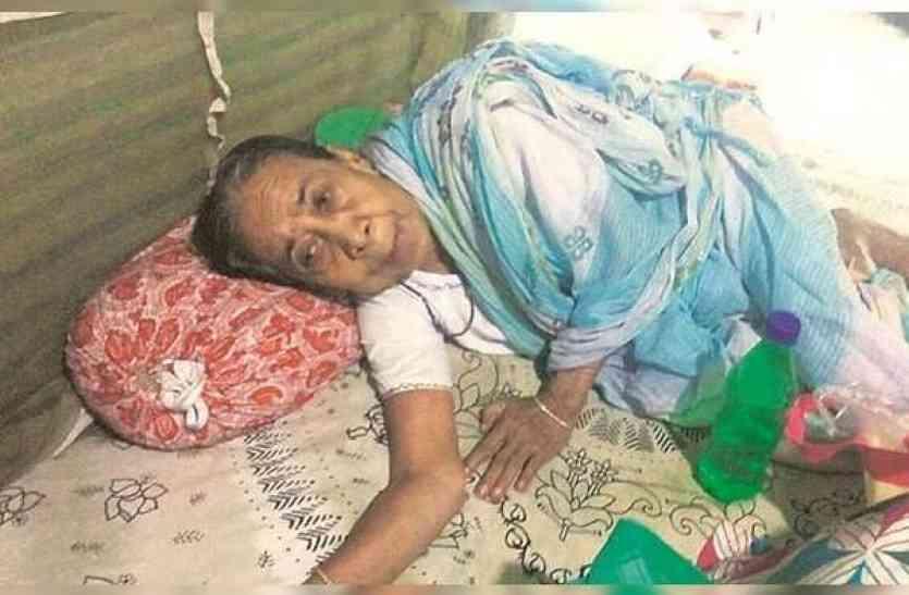 96 साल की बुजुर्ग मां को घर में बंद कर बीवी बच्चों के साथ छुट्टियाँ मनाने चला गया बेटा, घर में मां के साथ जो हुआ वो रुला देगा!