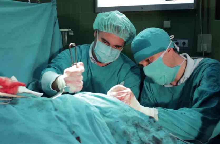 दर्द से परेशान शख्स के पेट से निकला कुछ भयानक, डॉक्टर्स ने कहा पहले कभी नहीं देखा ऐसा मामला!