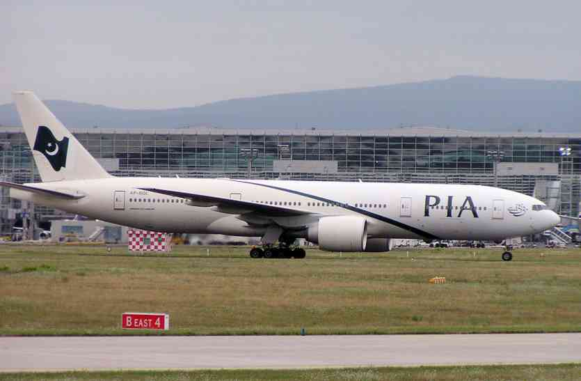 पाकिस्तान में विमान यात्रियों को बीच में उतारा, कहा- अब बस से करो सफर